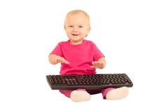 Mädchen, das auf Computertastatur auf Weiß schreibt Stockbilder