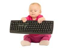 Mädchen, das auf Computertastatur auf Weiß schreibt Lizenzfreies Stockbild