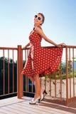Mädchen, das auf dem Balkon stillsteht lizenzfreies stockbild