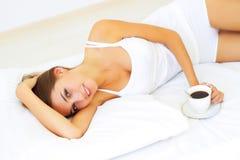 Mädchen, das auf dem Bett liegt Lizenzfreie Stockfotos