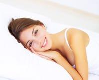 Mädchen, das auf dem Bett liegt Stockbild