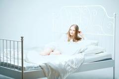 Mädchen, das auf dem Bett liegt Lizenzfreie Stockfotografie