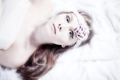 Mädchen, das auf dem Bett stillsteht Stockfoto