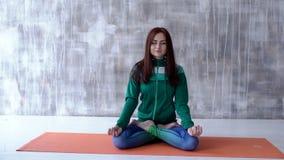 Mädchen, das auf dem Boden sitzt und meditiert stock video footage