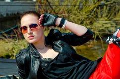 Mädchen, das auf dem Dock liegt Lizenzfreie Stockfotografie