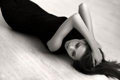 Mädchen, das auf dem Fußboden liegt Lizenzfreies Stockbild