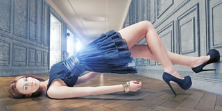Mädchen, das auf dem Fußboden liegt Stockbild