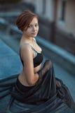 Mädchen, das auf dem Geländer sitzt Stockfoto