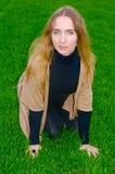 Mädchen, das auf dem grünen Rasen stillsteht Lizenzfreies Stockbild
