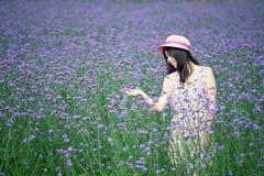 Mädchen, das auf dem Lavendel im Lächeln steht Lizenzfreie Stockfotografie