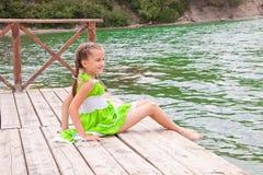 Mädchen, das auf dem Meer stillsteht Lizenzfreies Stockbild