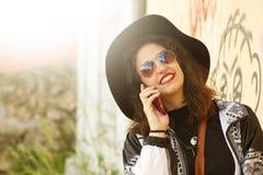 Mädchen, das auf dem Mobile spricht Lizenzfreie Stockfotografie