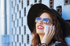 Mädchen, das auf dem Mobile spricht Lizenzfreie Stockbilder