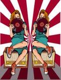 Mädchen, das auf dem Radio mit der Diskette in den Händen of3 sitzt Stockfotos