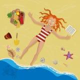 Mädchen, das auf dem Sand ein Sonnenbad nimmt Lizenzfreies Stockfoto