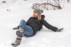 Mädchen, das auf dem Schnee liegt Stockbilder