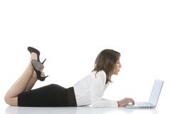 Mädchen, das auf dem Schreibtisch liegt Lizenzfreies Stockfoto