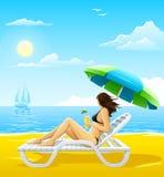 Mädchen, das auf dem Seestrand Plattformstuhl sich entspannt lizenzfreie abbildung