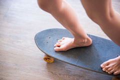 Mädchen, das auf dem Skateboard spielt Stockbilder