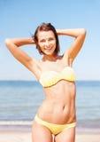 Mädchen, das auf dem Strand aufwirft Stockfotos