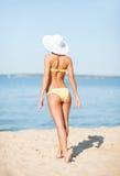 Mädchen, das auf dem Strand aufwirft Lizenzfreie Stockfotos
