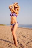 Mädchen, das auf dem Strand aufwirft lizenzfreie stockbilder