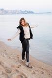 Mädchen, das auf dem Strand aufwirft Lizenzfreies Stockfoto