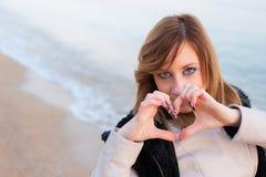 Mädchen, das auf dem Strand aufwirft Lizenzfreie Stockfotografie