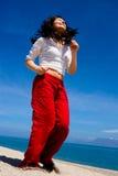 Mädchen, das auf dem Strand rüttelt Stockfotos