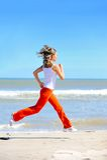 Mädchen, das auf dem Strand rüttelt Stockfoto