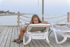 Mädchen, das auf dem Strand sich entspannt lizenzfreies stockfoto