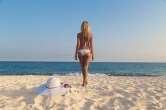 Mädchen, das auf dem Strand steht Lizenzfreies Stockbild
