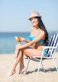 Mädchen, das auf dem Strandstuhl ein Sonnenbad nimmt Lizenzfreie Stockfotografie