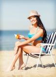 Mädchen, das auf dem Strandstuhl ein Sonnenbad nimmt Stockfotos