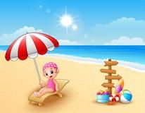 Mädchen, das auf dem Strandstuhl sich entspannt lizenzfreie abbildung