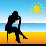 Mädchen, das auf dem Stuhl auf der Strandvektorillustration sitzt Lizenzfreies Stockfoto