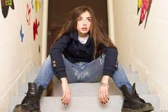 Mädchen, das auf dem Treppenhaus aufwirft Lizenzfreies Stockbild