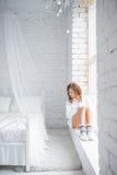 Mädchen, das auf dem Windowsill sitzt Beschneidungspfad eingeschlossen stockfotos