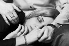 Mädchen, das auf den Knien ihres Freunds schläft Stockfotografie