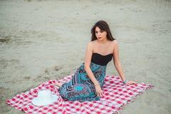 Mädchen, das auf den Strand an einem bewölkten Tag geht Stockfotos