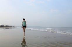Mädchen, das auf den Strand geht Lizenzfreie Stockfotografie