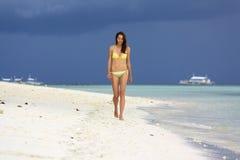 Mädchen, das auf den Strand geht Lizenzfreies Stockfoto