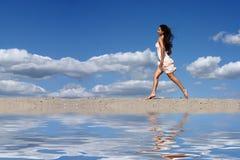 Mädchen, das auf den Strand läuft Stockfotos