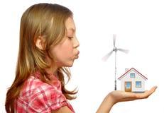 Mädchen, das auf den Windturbinen durchbrennt Lizenzfreie Stockfotos