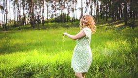 Mädchen, das auf der Natur stillsteht Schöner Mädchenweg auf dem Feld stock video footage