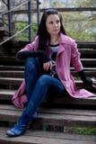 Mädchen, das auf der Treppe im Park sitzt Stockbild