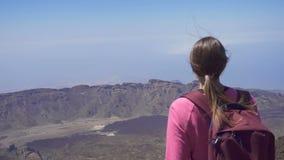 Mädchen, das auf die Oberseite eines Berges steht stock video