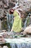 Mädchen, das auf die Steine geht Stockbilder