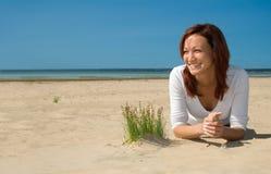 Mädchen, das auf ein beach-5 legt Stockfotografie