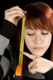 Mädchen, das auf ein messendes Hilfsmittel zeigt Lizenzfreie Stockfotos
